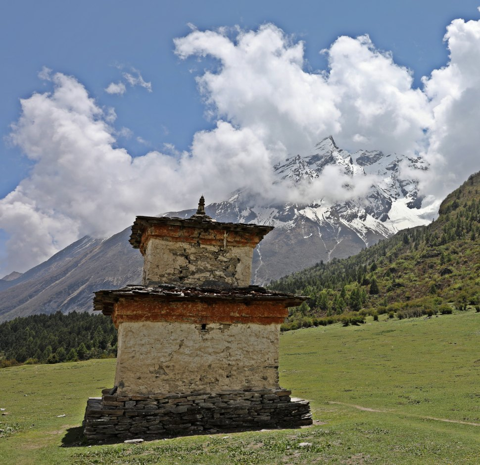 Chorten at the entrance to Samagoan