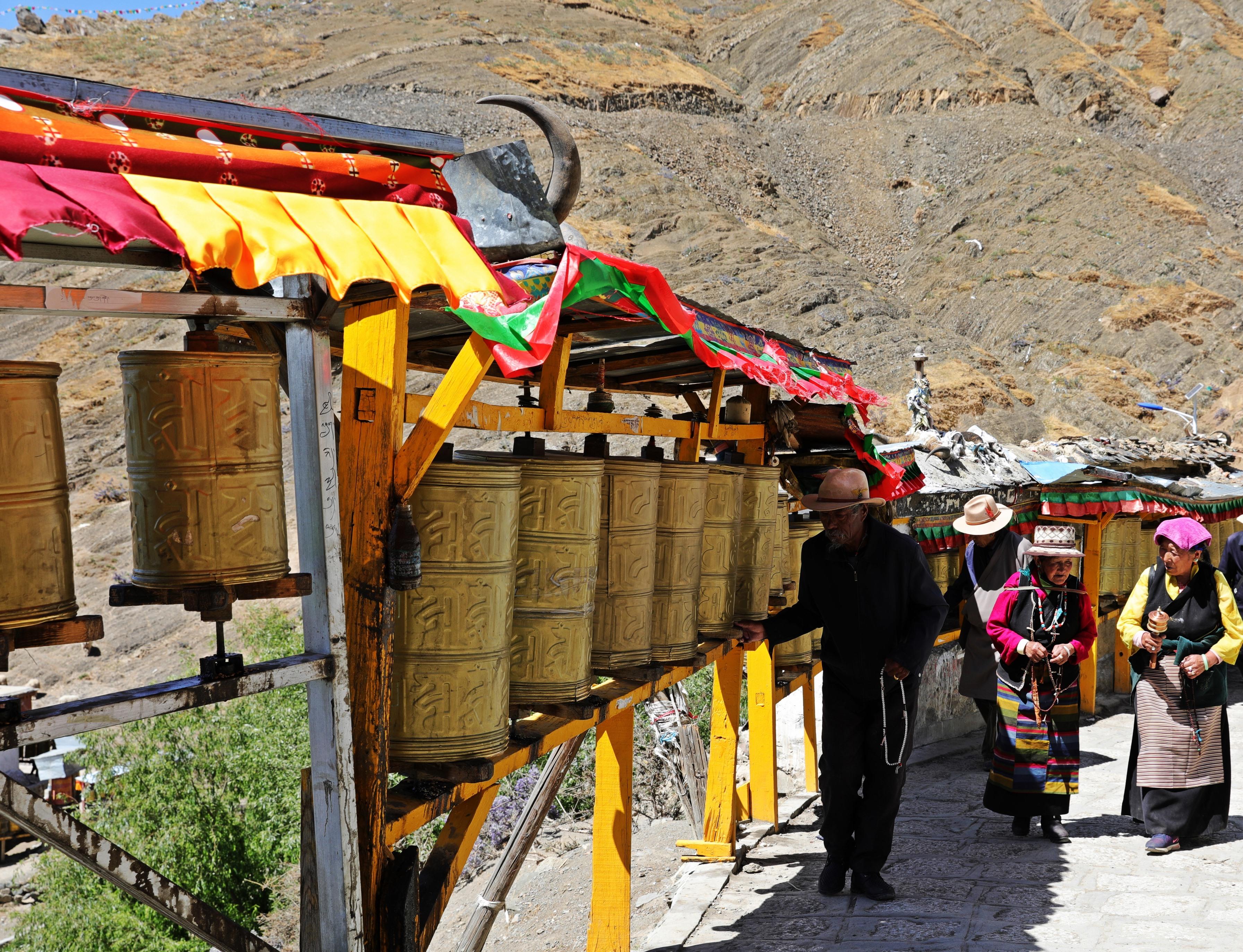 Pilgrims on the Tashi Lhunpo Gompa Kora