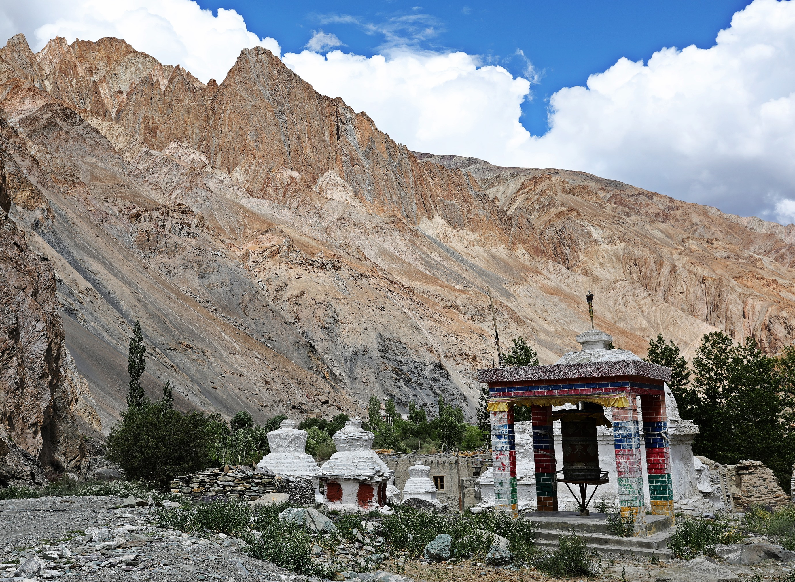 Chortens and prayer wheel in Skiu