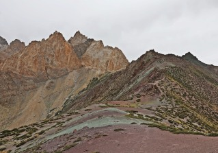 Colourful ridge before Dung Dung La