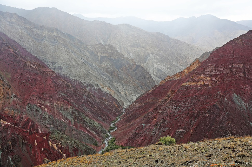 Red mountains below Dung Dung La