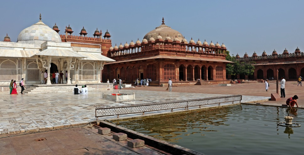 Tomb and pool, Jama Masjid, Fatehpur Sikri