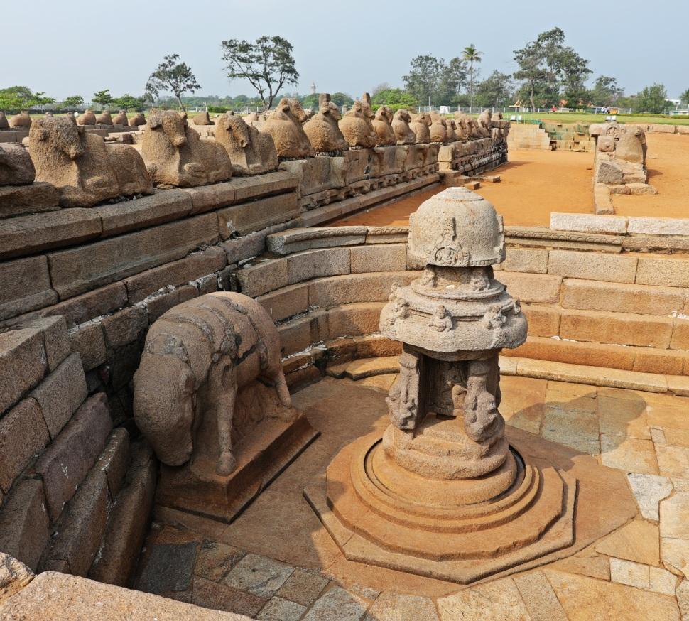 Shiva Lingam and bulls, Seashore Temple, Mamallapuram