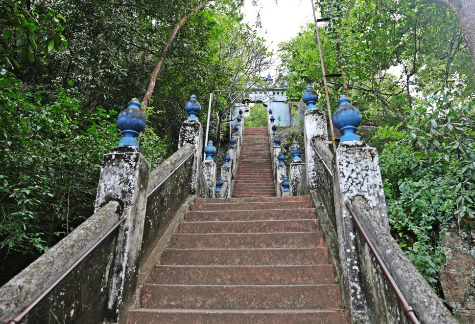 Steep steps to Mulkirigala Raja Maha Vihara Temple