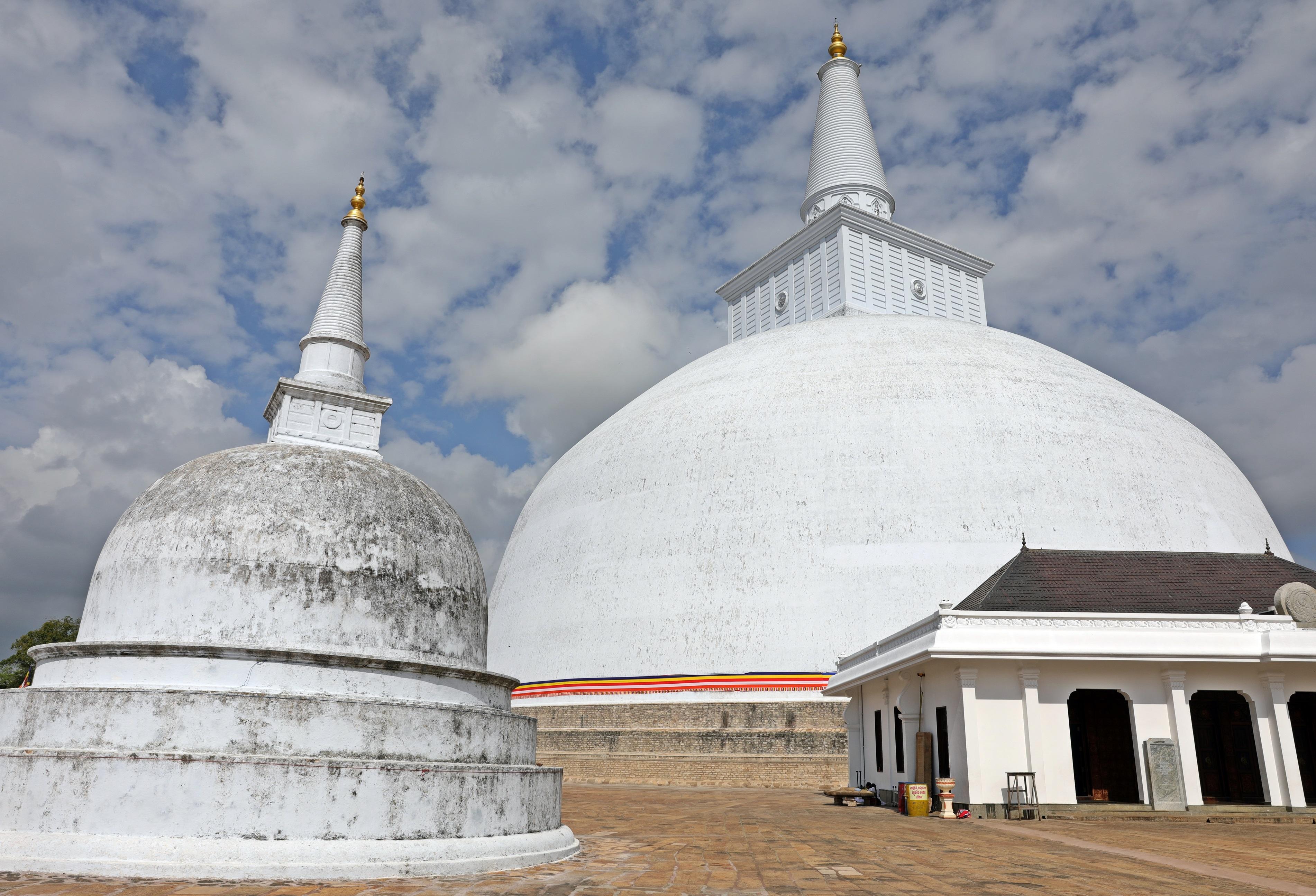 Ruvanelraya Dagoba. Anuradhapura