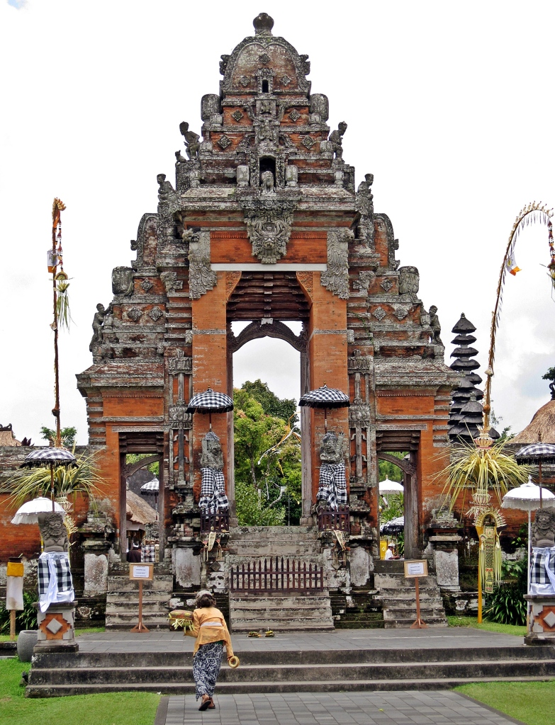 Balinese women with offerings, Taman Ayun Temple