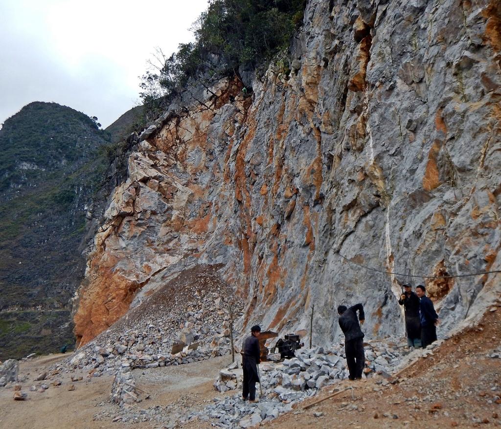 Building a road, Dong Van Plateau