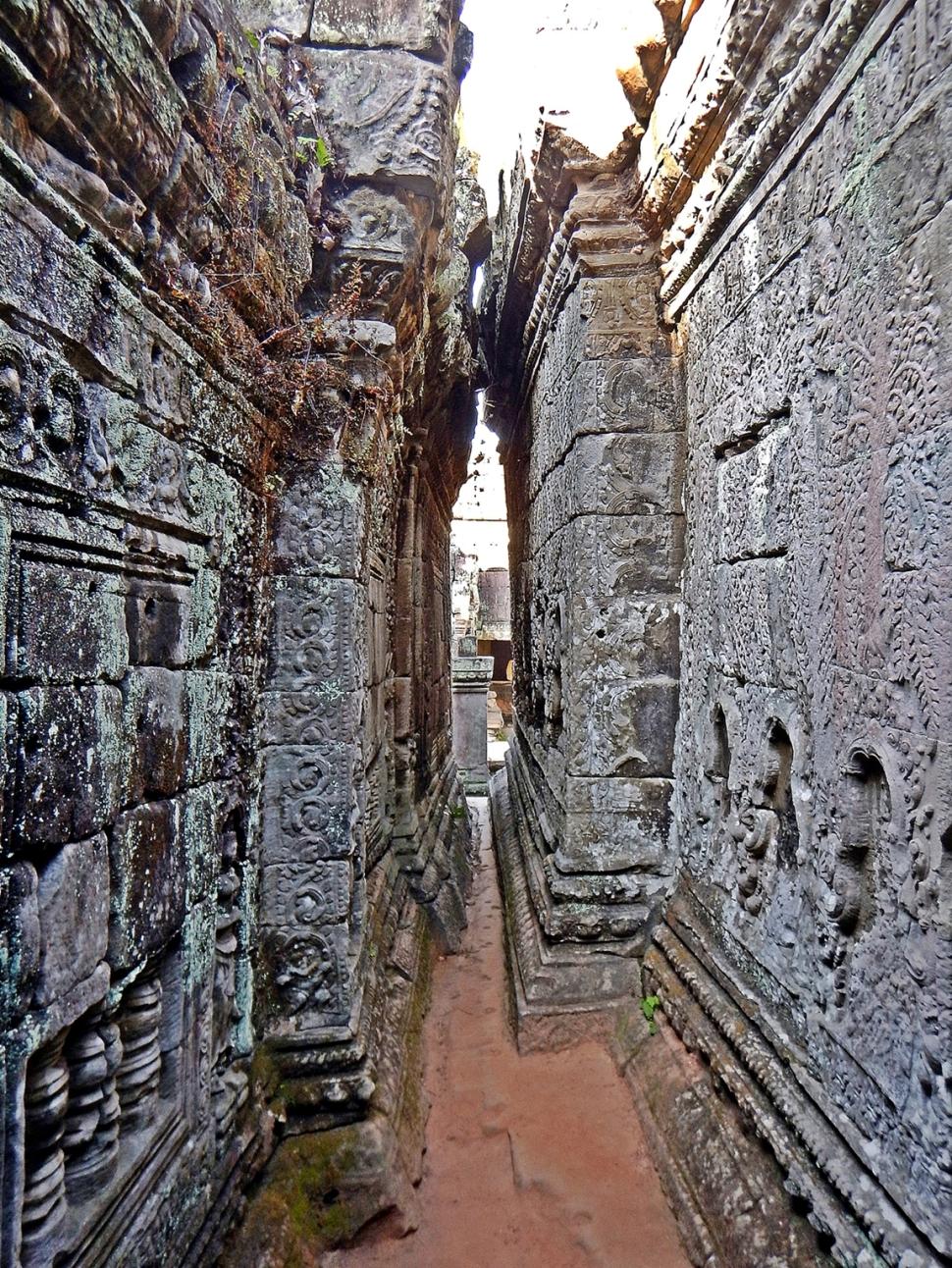 Narrow space between buildings, Preah Khan Temple