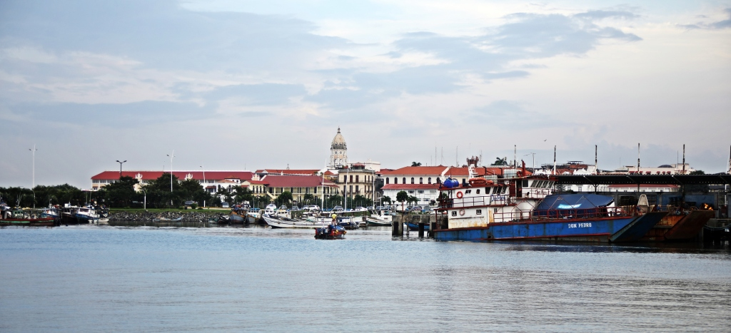 Casco Viejo and harbour at high tide