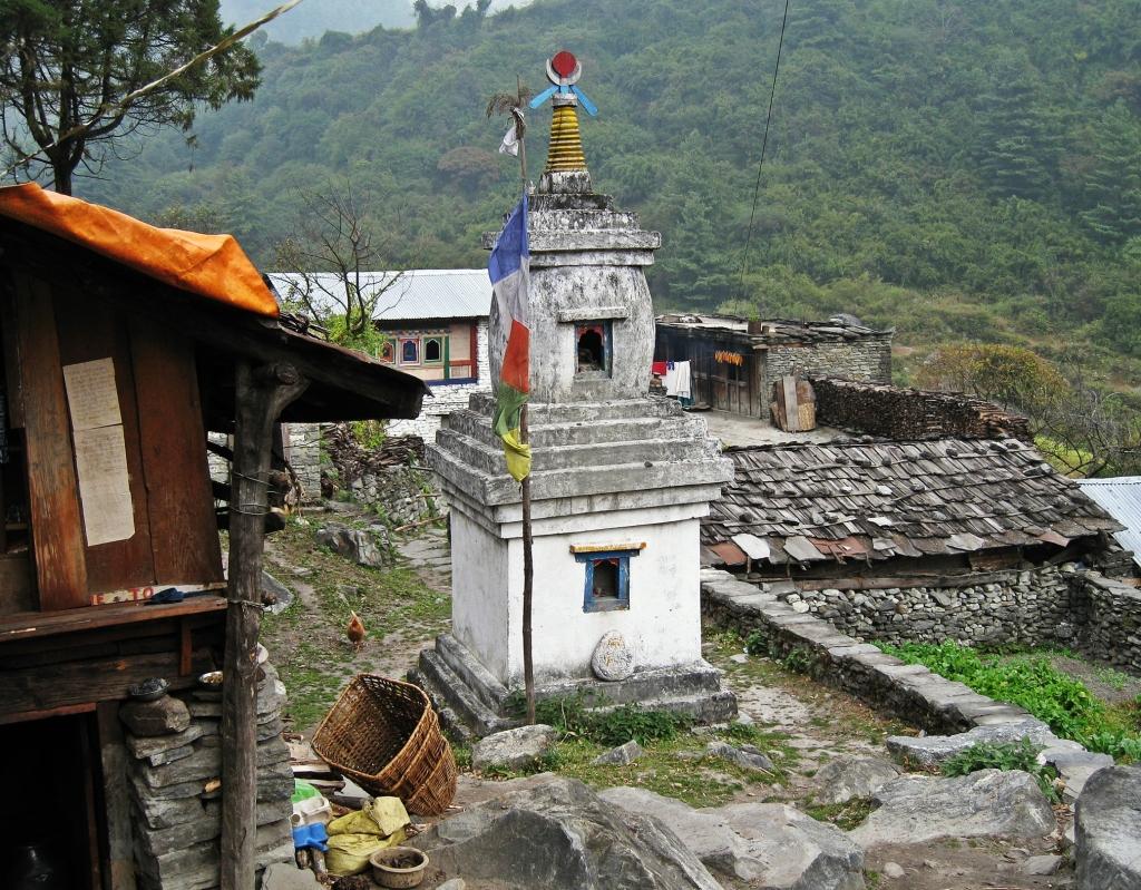 Buddhist chorten, Annapurna Circuit Trek