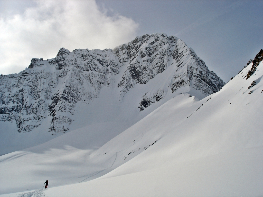 Skiing toward Sir Douglas-Robertson Col, French Robertson Traverse