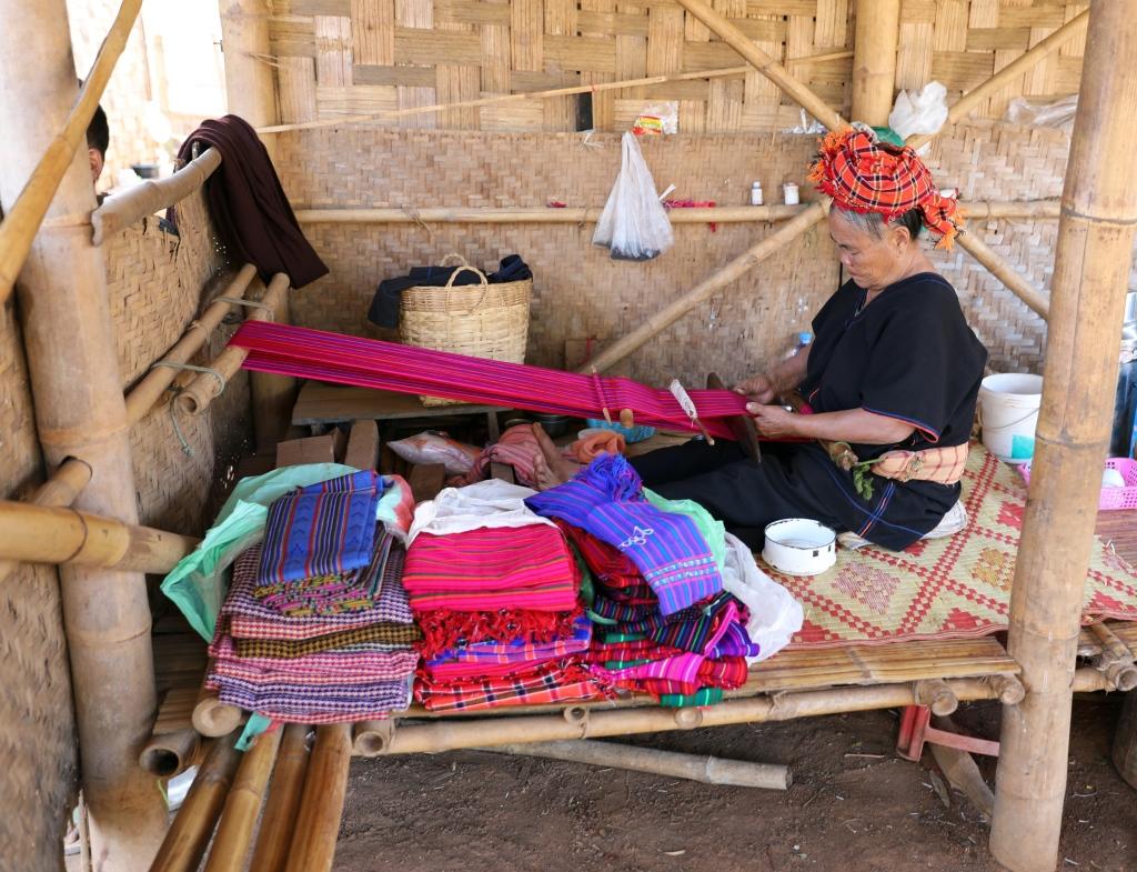 Paoh lady weaving, Kalaw to Inle trek