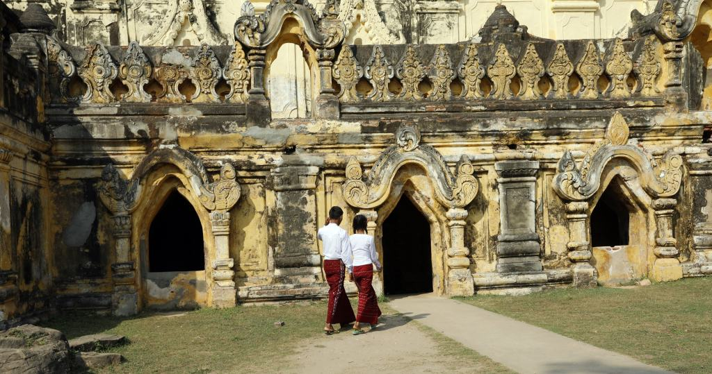 Maha Aungmya Bonzan monastery
